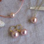 Boucles d'oreilles dormeuses perles de nacre rose sur doré
