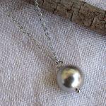Collier une perle de nacre argentée sur chaîne argentée
