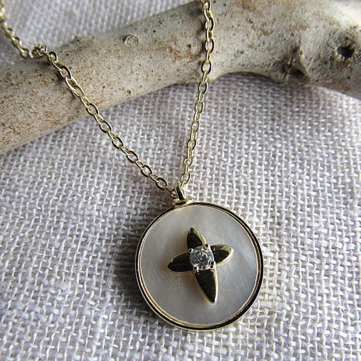 Collier étoile croix en inclusion sur une médaille nacre