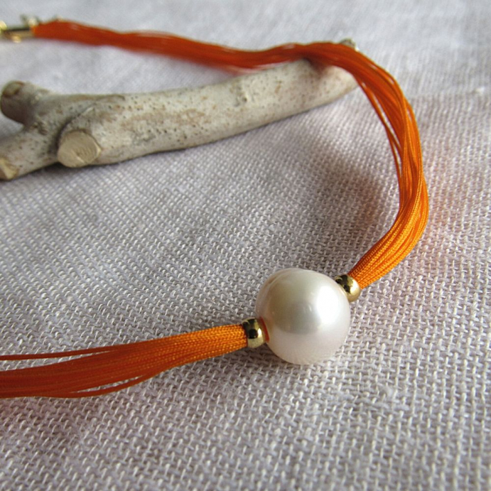 Collier une perle de culture blanche sur multi-cordon orange