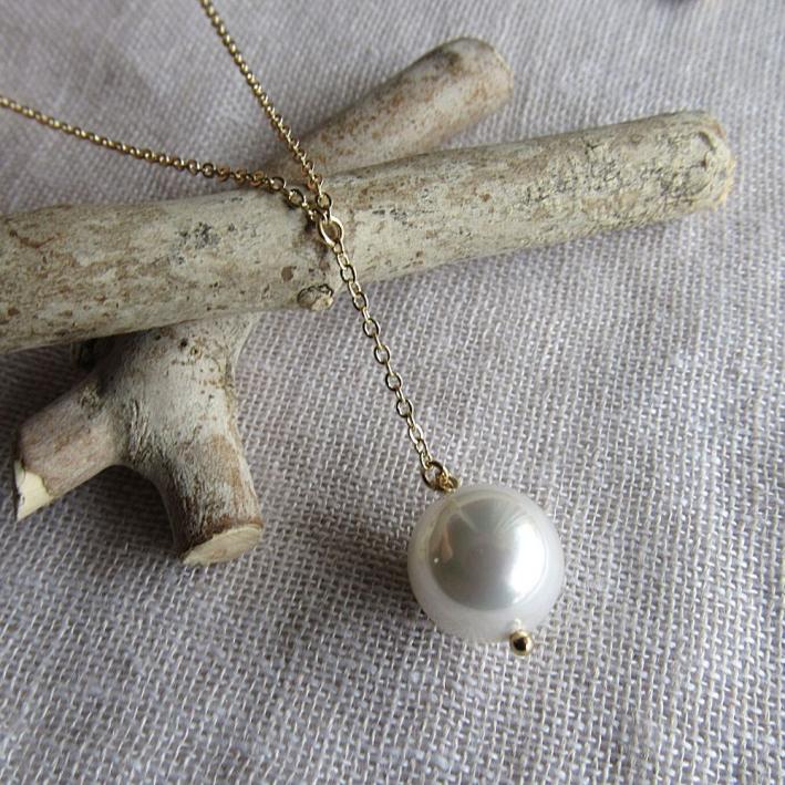 Collier cravate une perle de nacre blanche sur doré