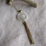 Sautoir filigrane de nacre et pompon en métal doré