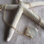 Bracelet trèfle en nacre facettée sur acier doré