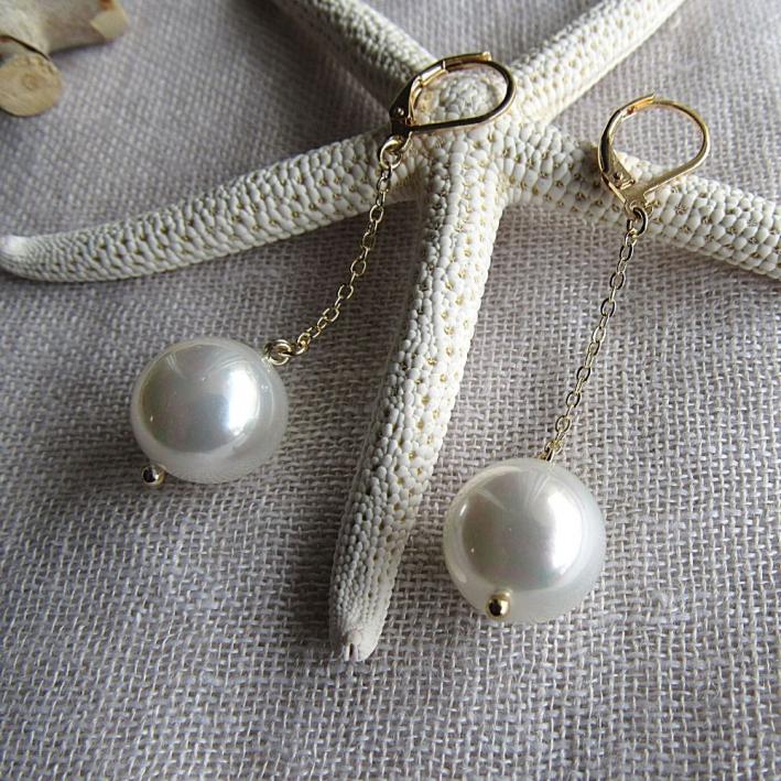 Boucles d'oreilles longues et perles de nacre