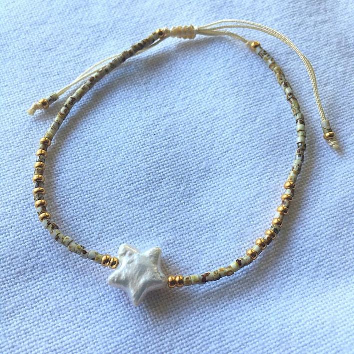 Bracelet perle de forme étoile sur rocailles blanches
