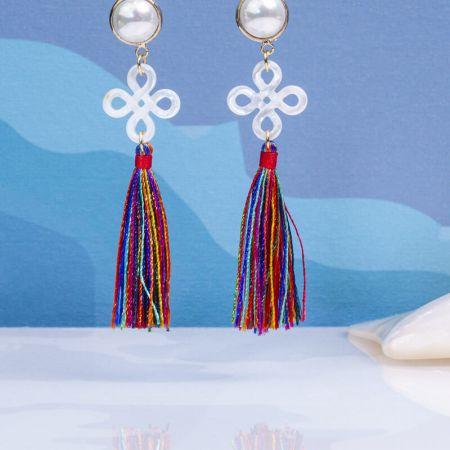 Boucles d'oreilles Clips filigrane de nacre trèfle et pompon multico