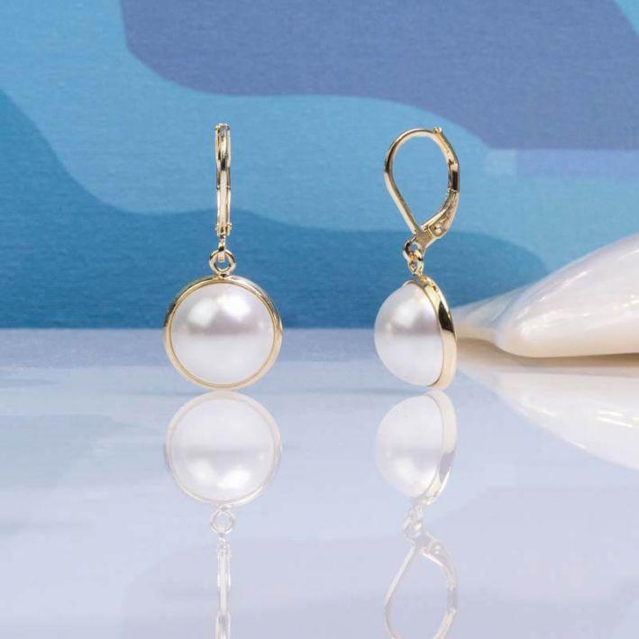 Boucles d'oreilles dormeuses demi perles de nacre serties