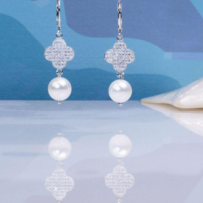 Boucles d'oreilles trèfle cristal et perles de culture blanches