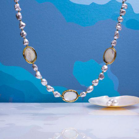 Collier médailles et perles de nacre blanche sur doré