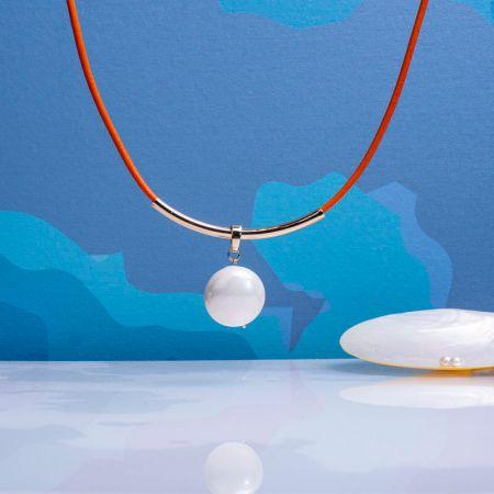 Collier perle disque rond de nacre blanche sur cuir orange
