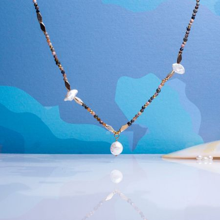 Collier long noir et perles blanches
