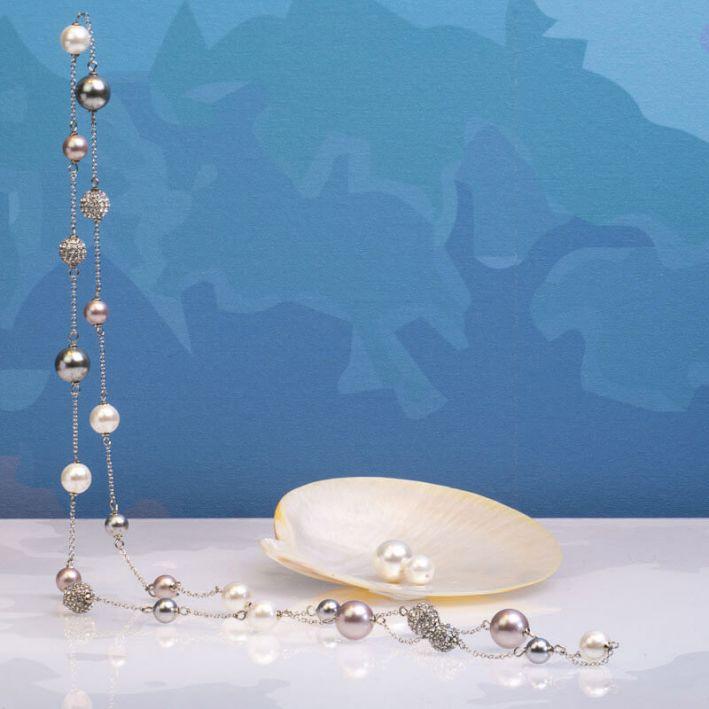 Sautoir perles de nacre et shamballas déclinaison argentée