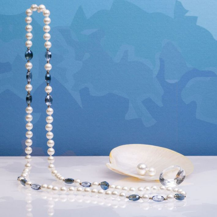 Sautoir perles de nacre et trio de cristal bleu facetté