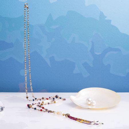Collier cravate perles rares biwas sur cristal facetté
