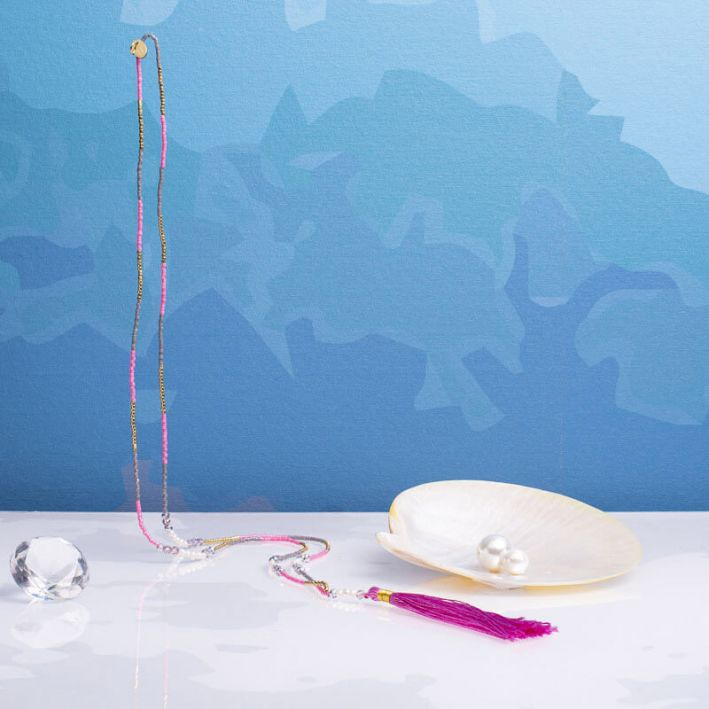 Sautoir pompon rose petites perles blanches et cristal
