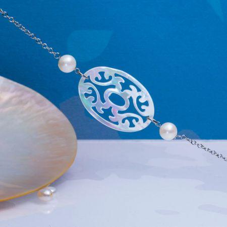 Bracelet filigrane de nacre d'eau de mer sur chaîne argentée