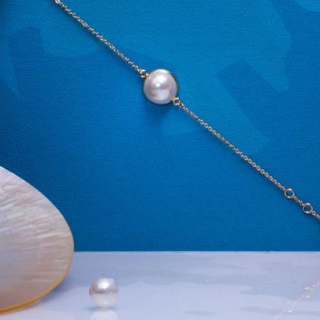 Bracelet demi perle de nacre sertie sur chaîne dorée