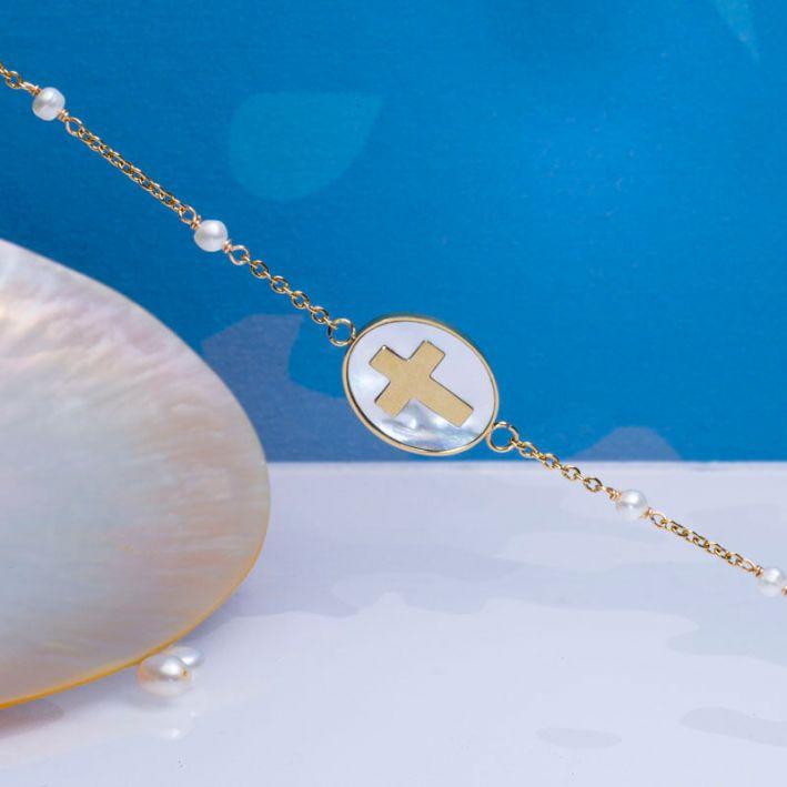 Bracelet croix dorée en inclusion sur une médaille nacre