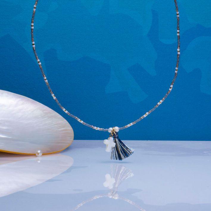 Collier perles de rocailles tons bleus croix de nacre et pompon