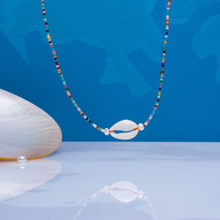Collier perles de rocailles multicolores et coquillage Kori
