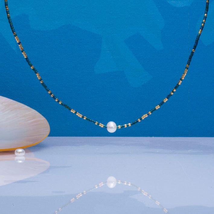 Collier perles de rocailles bleues dorées et perle blanche
