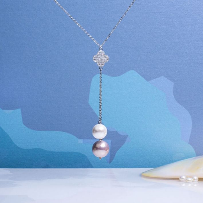 Collier cravate trèfle cristal et perles de nacre blanches et roses