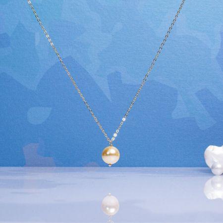 Collier une perle de nacre dorée sur chaîne dorée