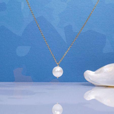 Collier une perle de nacre blanche sur chaîne dorée