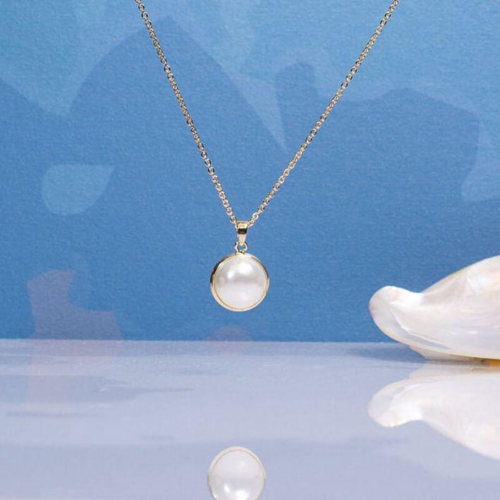 Collier demi perle de nacre sertie sur chaîne dorée
