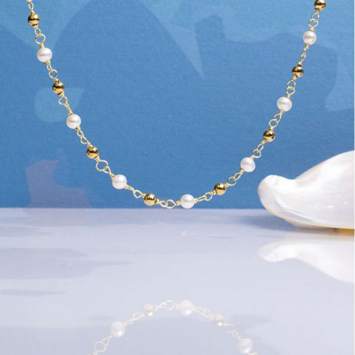 Collier petites perles de culture blanches et perles dorées