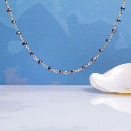 Collier petites perles de culture noires sur chaîne dorée
