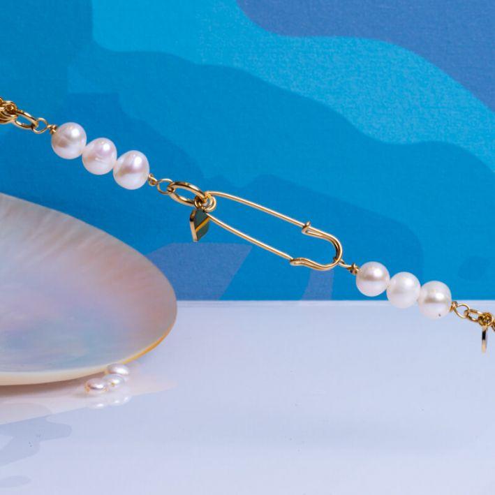 Bracelet multi-mailles et attache dorée, perles de culture blanches