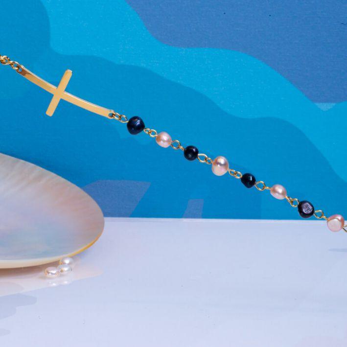 Bracelet perles de culture noires et roses et croix en acier doré